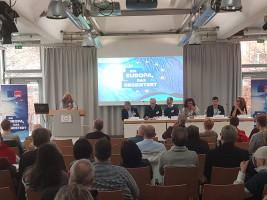 Lilo Seibel-Emmerling, erste sozialdemokratische Europaabgeordnete aus Mittelfranken, richtet ihr Grußwort an die Versammlung