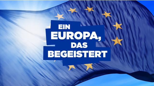 """Logo """"Ein Europa, das begeistert"""" vor der Europafahne"""